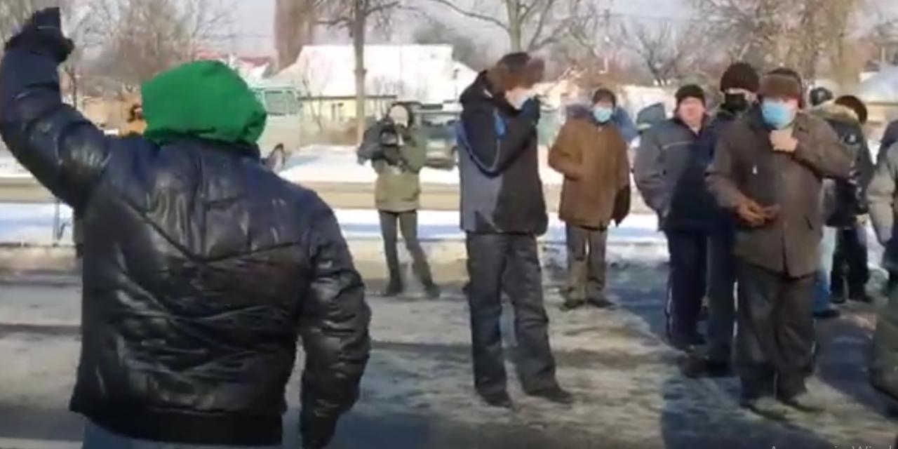 Люди перекрили міжнародну трасу М-03 – протестують