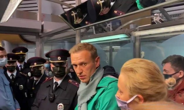 Російські медіа повідомляють, що затриманий в аеропорту Навальний перебуватиме під вартою