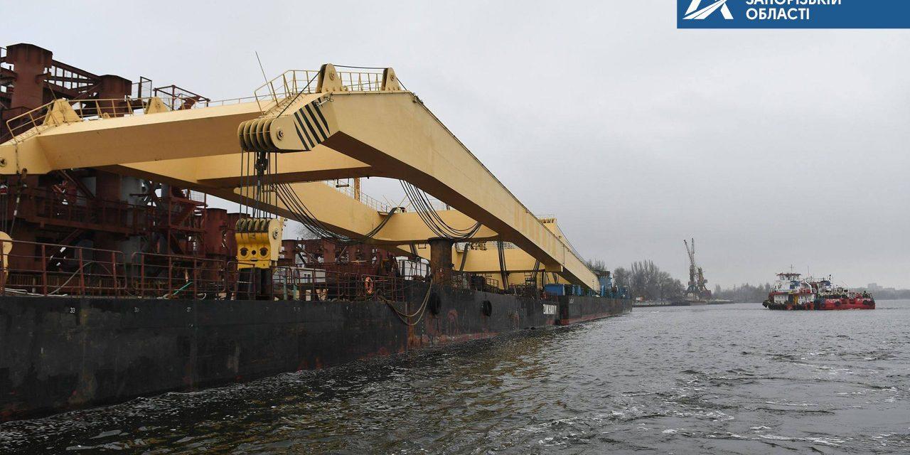 В Укравтодорі показали потужний кран, який використають для будівництва мостів у Запоріжжі – фото