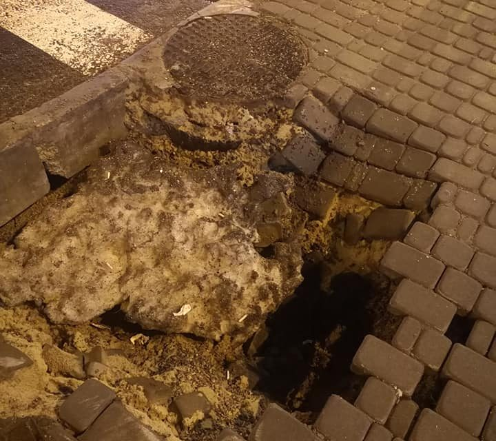 У центрі Запоріжжя на пішохідній зоні утворилася велика діра