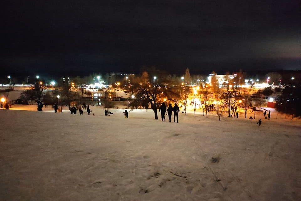 Людно як влітку: мешканці Запоріжжя активно катаються на санчатах на улюбленому спуску – фото