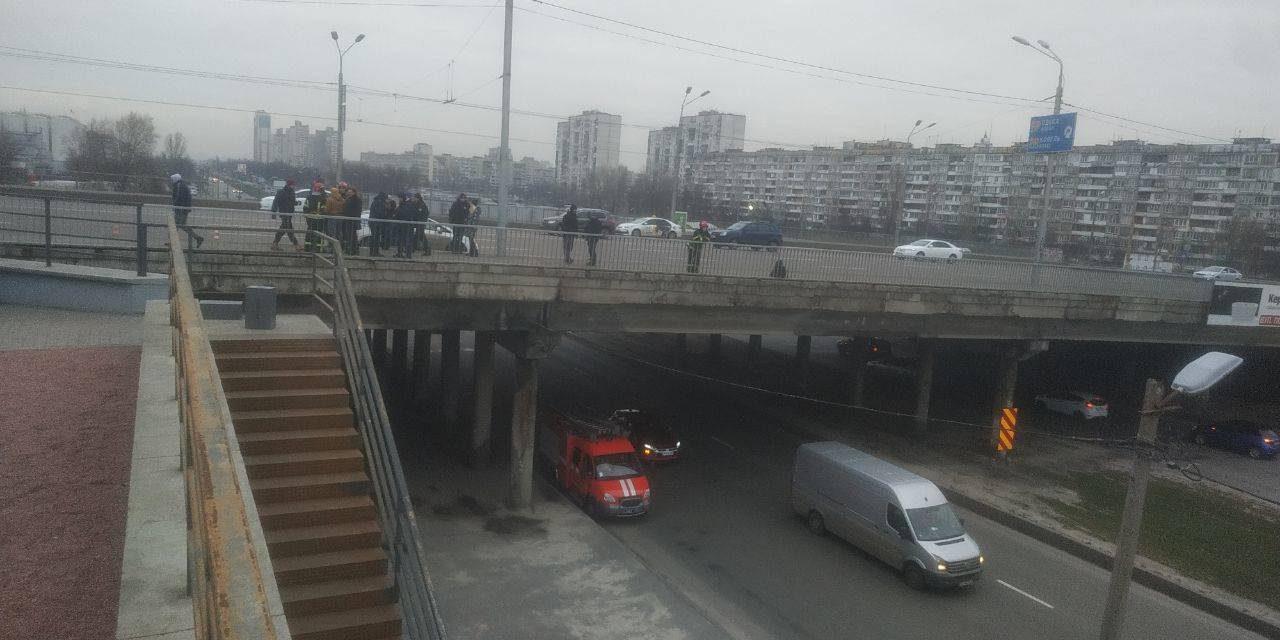 На мосту в Києві рятували молодика, якому набридло жити – відео