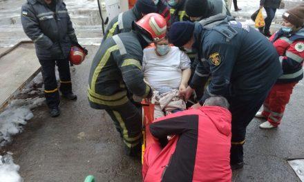 На Запоріжжі рятувальникам довелося транспортувати чоловіка до «швидкої» – фото