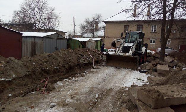 У Запоріжжі комунальники не могли ліквідувати порив труби через самовільно встановлені гаражі – фото