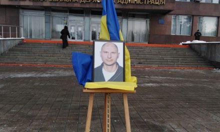 На Майдані Героїв у Запоріжжі провели в останню дорогу бійця вбитого снайпером