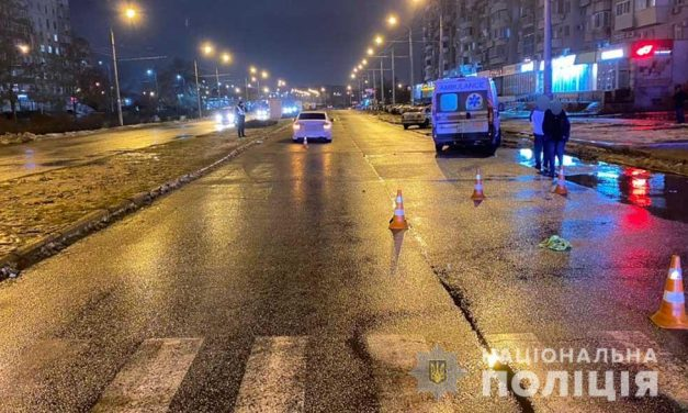 У Запоріжжі чоловік потрапив під колеса авто, постраждалий помер на місці – фото