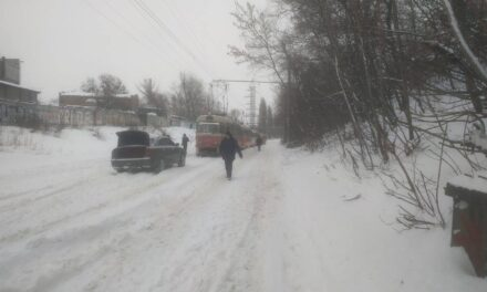 У Києві стоїть громадський транспорт через нахабних водіїв – фото