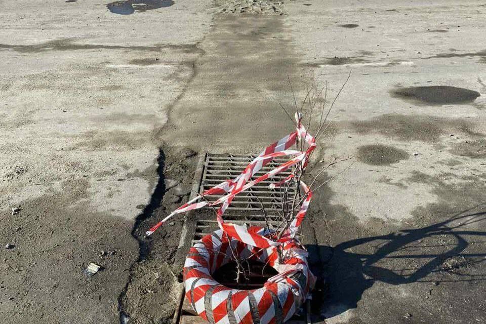 У Запоріжжі співробітники КП засипали ливнівку щебенем, щоб не лагодити