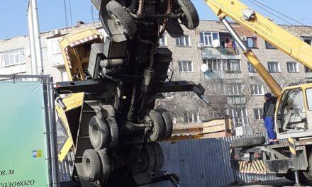 Очевидці поділилися світлинами з місця падіння будівельного крану в Запоріжжі