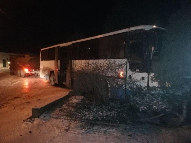 У Запоріжжі водій автобусу врізався у паркан – фото