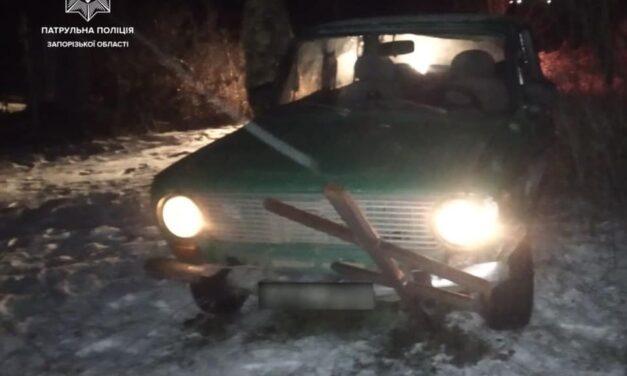 У Запоріжжі п'яний водій тікаючи від поліцейських заїхав на кладовище – фото