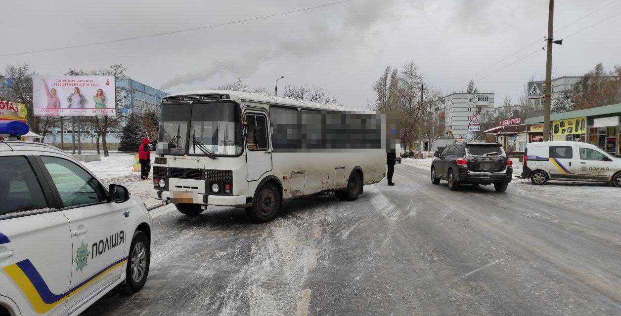 На Запоріжжі під колеса автобусу потрапила жінка, вона померла в лікарні – фото