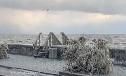 На Запоріжжі вся набережна біля Азовського моря покрилася кригою – фото