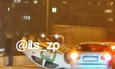 На мосту в Запоріжжі перекинулося таксі