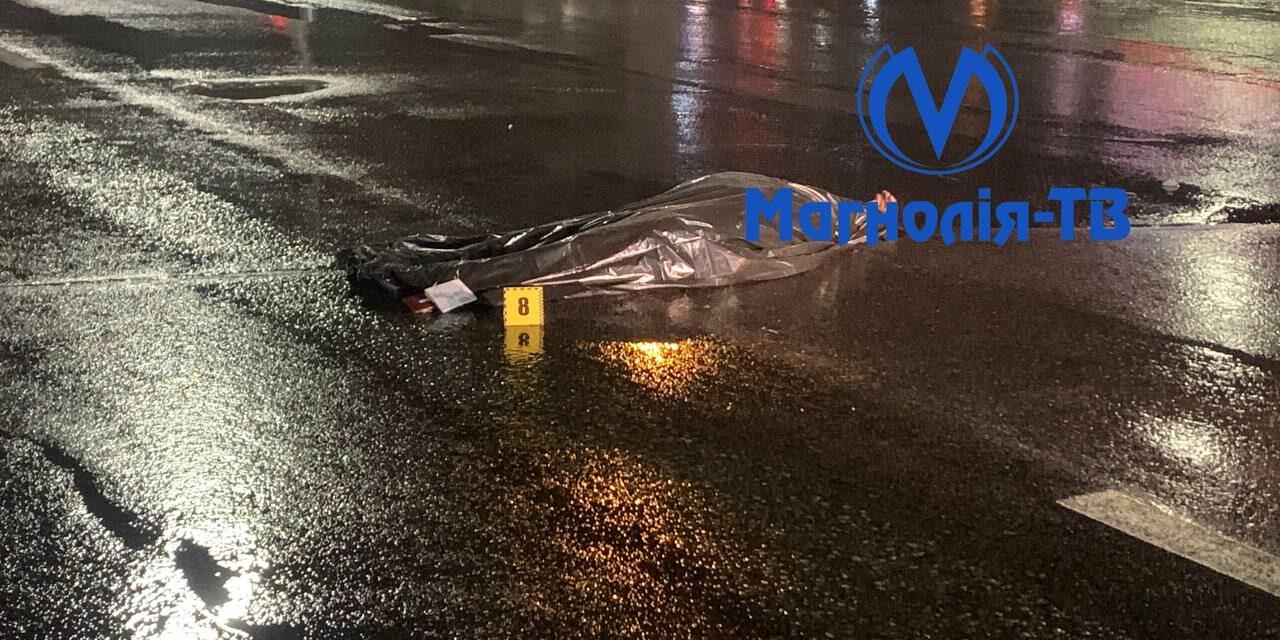 """Поблизу станції метро """"Видубичі"""" молодого чоловік збило одразу два автомобілі"""