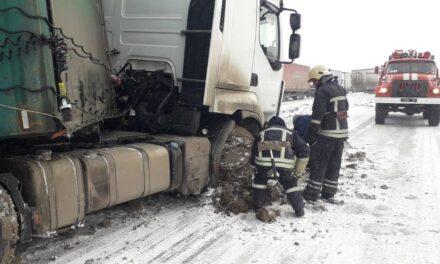 Через негоду великогабаритний транспорт на Запоріжжі зносило у кювет – фото