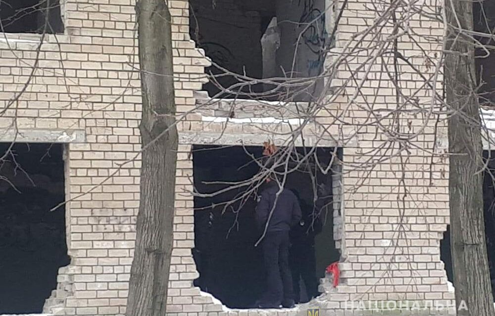 У Запоріжжі в районі зупинки чоловік погрожуючи пістолетом пограбував водія – фото