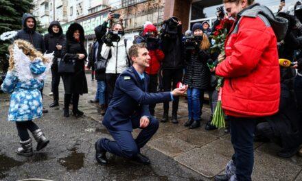 Напередодні Дня закоханих запорізький рятувальник освідчився дівчині перед «прицілами» фотокамер