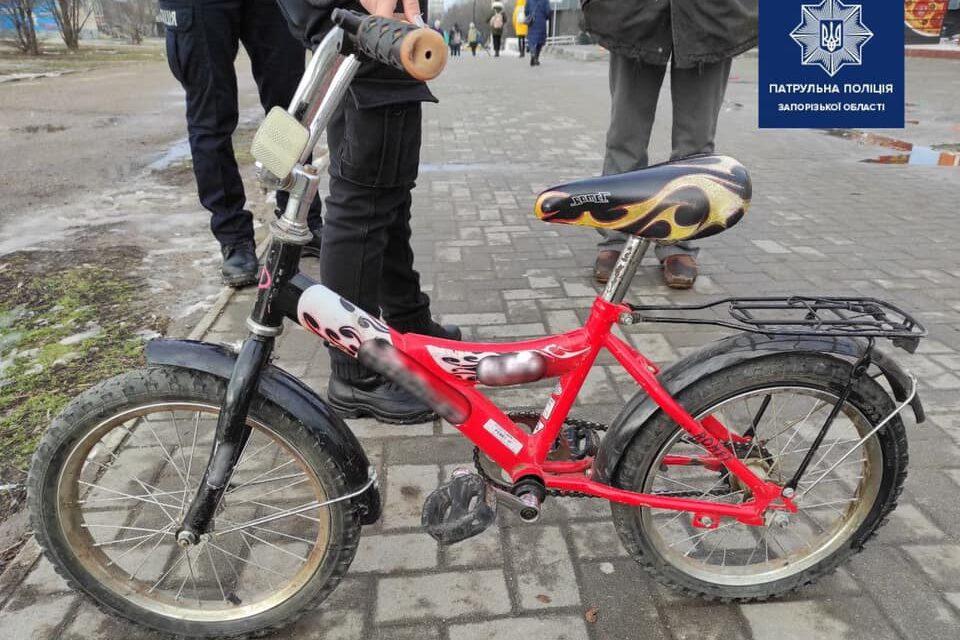 У Запоріжжі патрульні зупинили чоловіка з дитячим велосипедом – фото