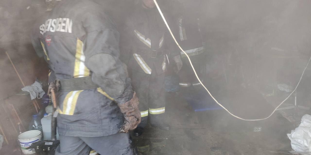 У Запоріжжі загорівся гараж – постраждав невідомий (фото)
