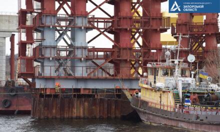 За допомогою найбільшого плавкрана Європи у Запоріжжі змонтовано тимчасову опору вантового мосту – фото