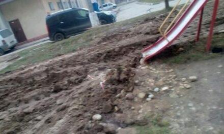 """КП """"Водоканал"""" знищив новий дитячий майданчик у центрі Запоріжжя – відео"""