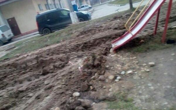 У Запоріжжі комунальники відремонтували дитячий майданчик, який самі зруйнували – фото