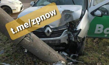 У Запоріжжі таксі мережі Bolt врізалося у стовп, постраждав пасажир