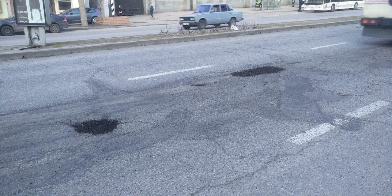 У центрі Запоріжжя комунальники засипають ями невідомою сумішшю – фото