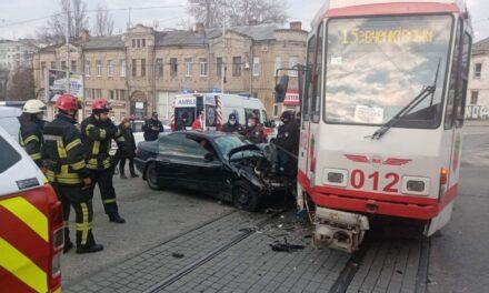 У Запоріжжі автомобіль і трамвай не поділили дорогу – водійку доставили до лікарні (фото)