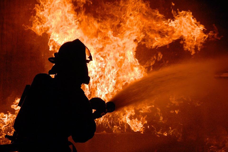 У Запоріжжі під час пожежі постраждала жінка, її передали медикам