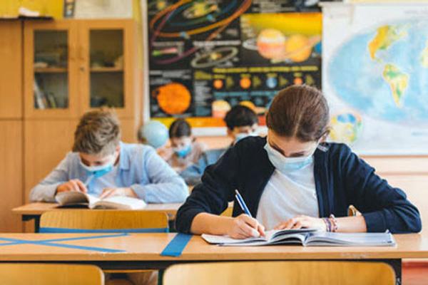 Через пандемію учні старших класів Києва на канікули йдуть швидше