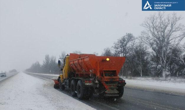 На дорогах державного значення Запорізької області посилено прибирають сніг – ФОТО
