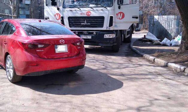 У Запоріжжі водію сміттєвоза довелося викликати поліцію, щоб виїхати з двору – фото