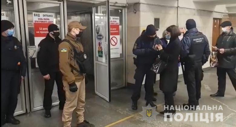 У Києві проходять рейди, перевіряють наявність пропусків у пасажирів громадського транспорту