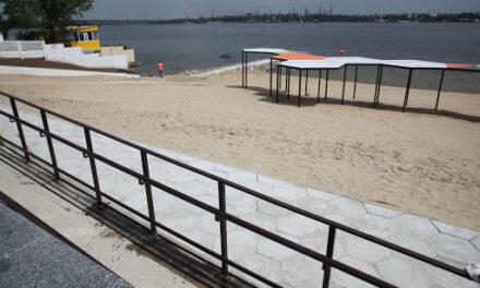 Підрядна організація в Запоріжжі повертає плитку на пляжі, яку зняли діти – відео