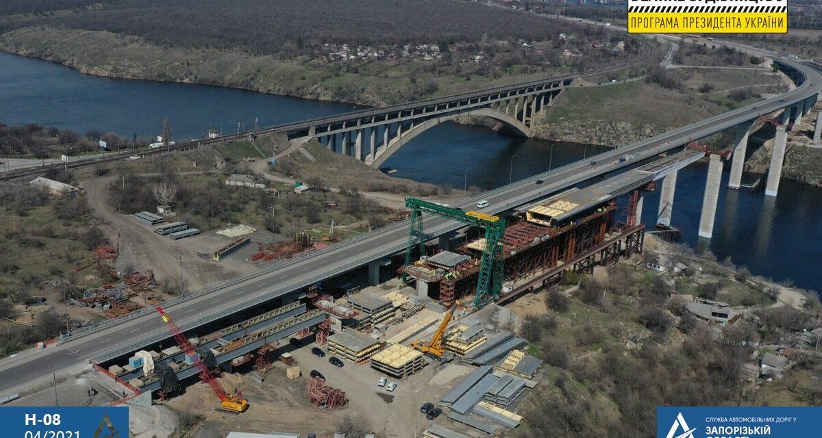 У Запоріжжі завершили перший етап поздовжнього насування секції на мостах