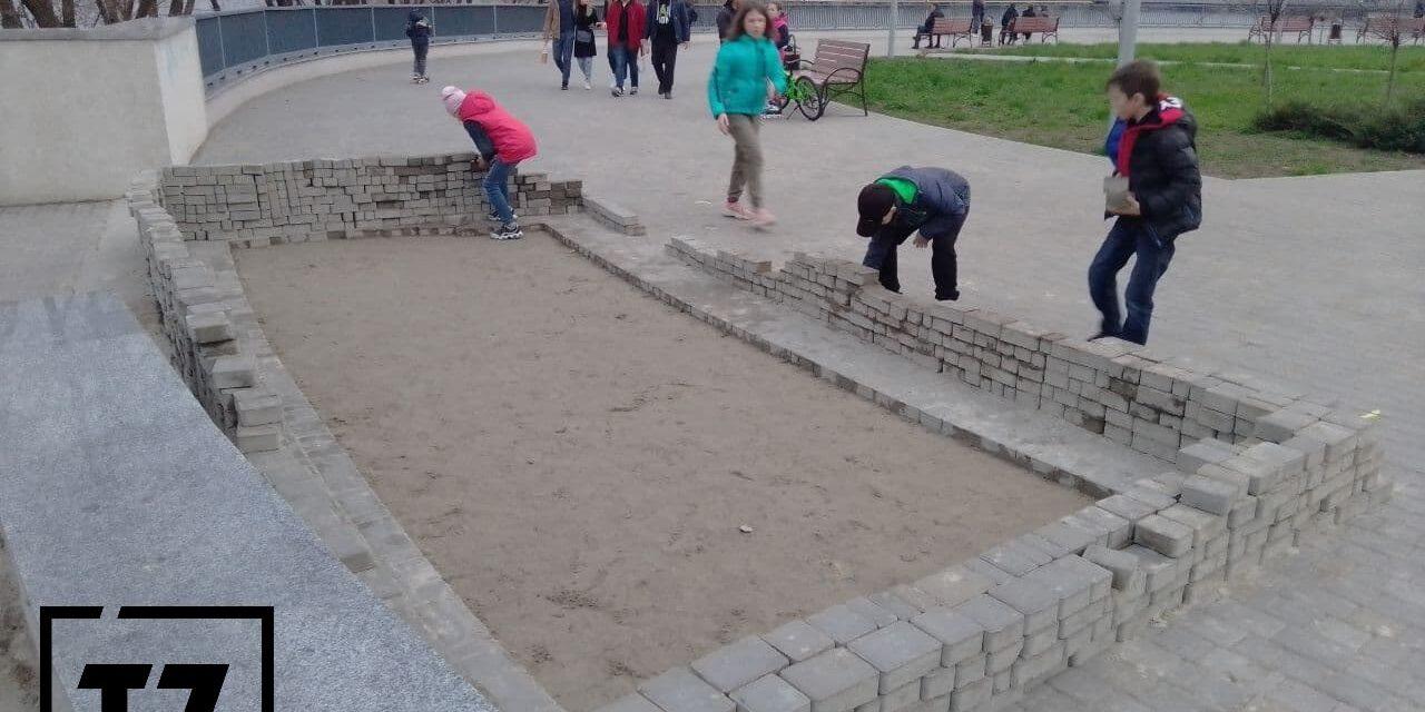 На Правобережному пляжі в Запоріжжі діти з плитки будують замок – фото