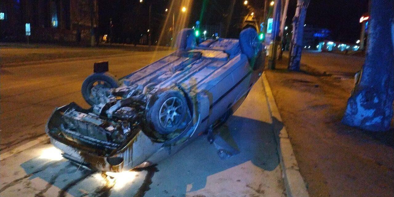 На центральному проспекті Запоріжжя перекинувся автомобіль, його водій не мав права керування