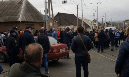 Співробітники ринків у Запоріжжі протестували та перекривали дорогу – фото