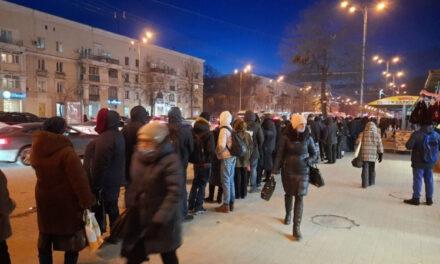 Мешканці Запоріжжя живуть на зупинках, транспорту немає, водіїв штрафують