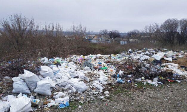 Під час прогулянки містом запорізький краєзнавець натрапив на несанкціоноване сміттєзвалище – ФОТО