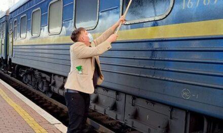 Данський журналіст пояснив, чому помив вікна в українському поїзді – відео