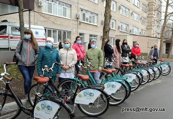 На Запоріжжі медичним працівникам роздали велосипеди – фото