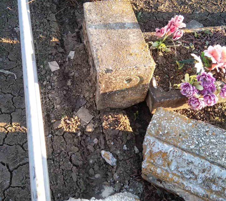 Поблизу Запоріжжя невідомі руйнували чужі пам'ятники на могилах