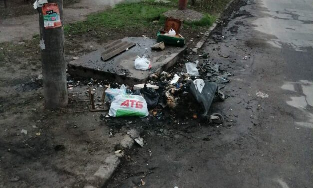 У Запоріжжі вандали жбурнули в сміттєвий бак вибуховий пакет – фото