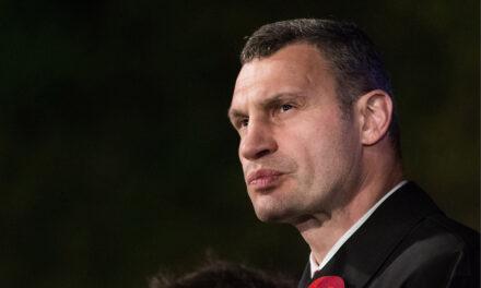 У двері міського голови Києві стукали озброєнів шоломах правоохоронці