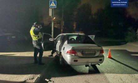 У Запоріжжя п'яний водій в'їхав у світлофор, чоловік отримав кілька протоколів та постанову