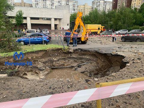 У Києві прорвало трубопровід, постраждало 19 автомобілів і провалився асфальт