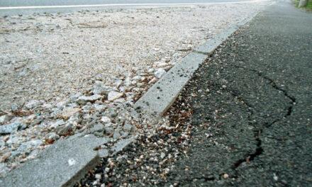 Дорога в тріщинах, тротуари в камінні: як виглядає капітальний ремонт поблизу Запоріжжя